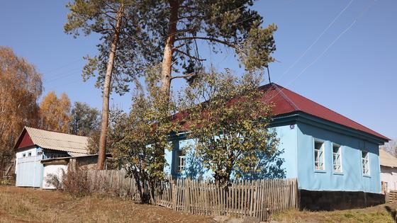 Голубой дом стоит у дороги