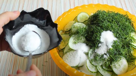 К овощам добавляют соль и сахар
