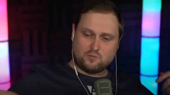 Молодой мужчина в наушниках: Куплинов во время стрима