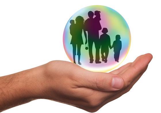 В руке шар, символизирующий семью