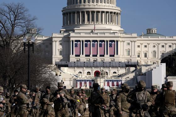 Военные перед зданием Капитолия США