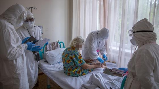 Врачи проводят осмотр пациента