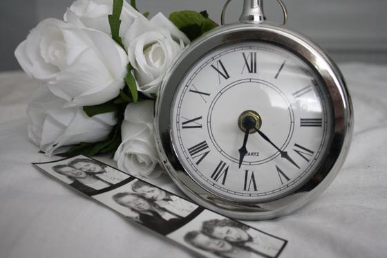 Будильник, фото людей и белые розы