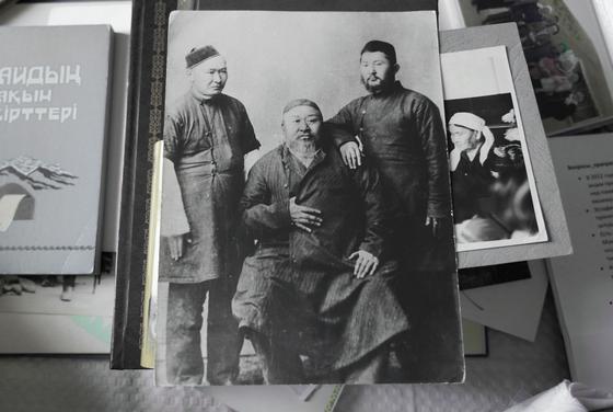 Абай ұлдары Ақылбай және Тұрағұлмен бірге. Фото: Sputnik / Абзал Қалиев