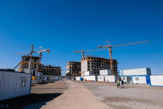 Как следят за безопасностью работников на стройке в Казахстане