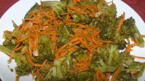 Брокколи с морковью по-корейски в миске
