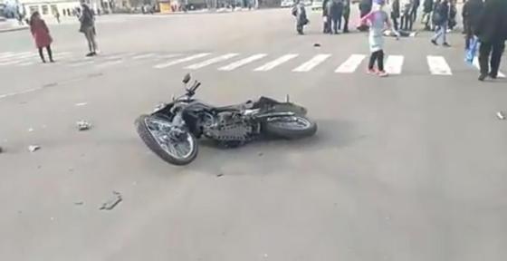 Байкер с пассажиром врезался в автомобиль в Жезказгане (видео)