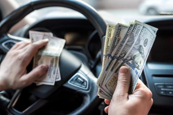 Водитель авто считает деньги