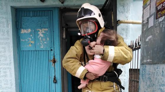 Пожарный вынес младенца из горящей квартиры в Костанае (фото)