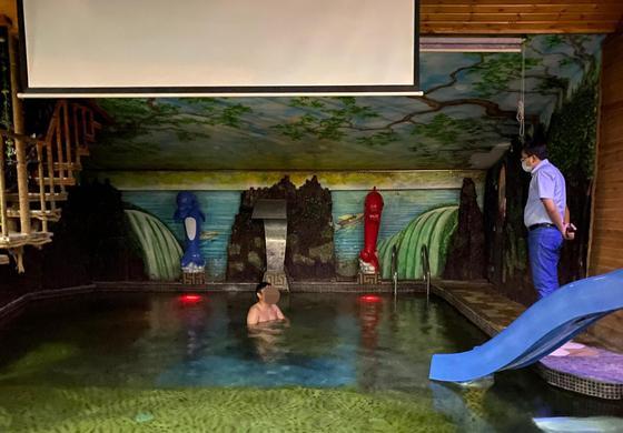 Владелец ресторана прятал гостей в VIP-кабинках от проверяющих в Таразе (видео)