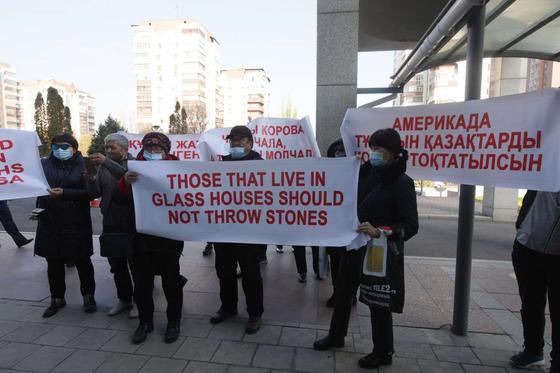 Люди держат в руках плакаты