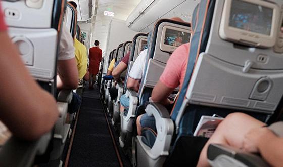 Пассажирка выпила литр водки и пригрозила разбить лица стюардессам
