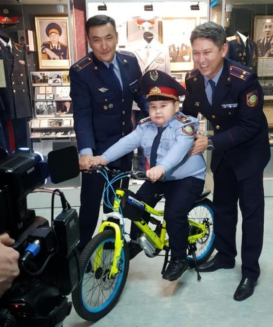 Мальчик надел костюм полицейского на утренник и получил подарок от главы МВД (фото, видео)