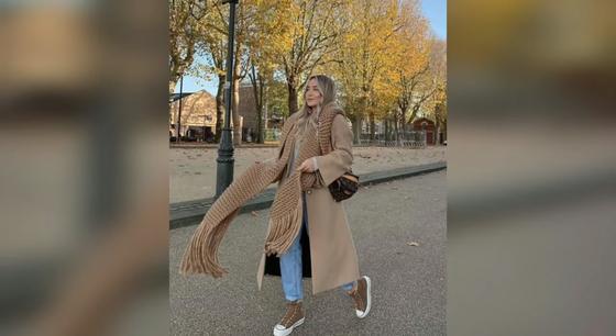 Модно одетая девушка идет по дороге