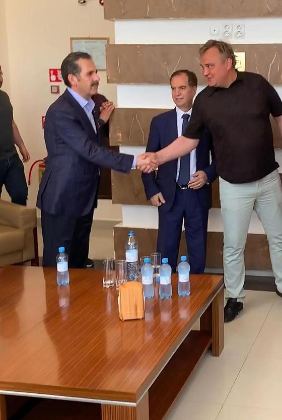Пожали руки и обнялись: послы Ливана, Иордании и Палестины приехали в Атырау (видео)