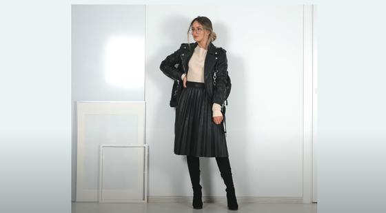 девушка в кожаной куртке и юбке плиссе