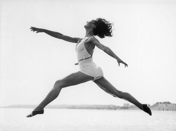 Девушка в прыжке в воздухе
