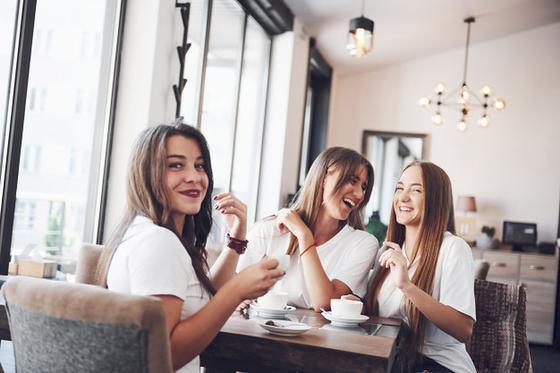 Три девушки в кафе