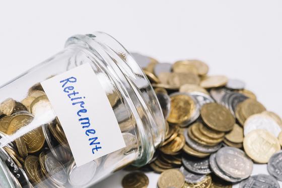 Упавшая банка с деньгами и надписью Пенсия