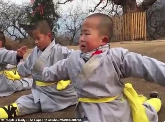 3-летний малыш тренируется в монастыре Шаолинь