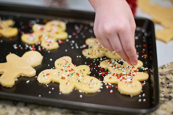 Имбирное печенье украшают посыпкой
