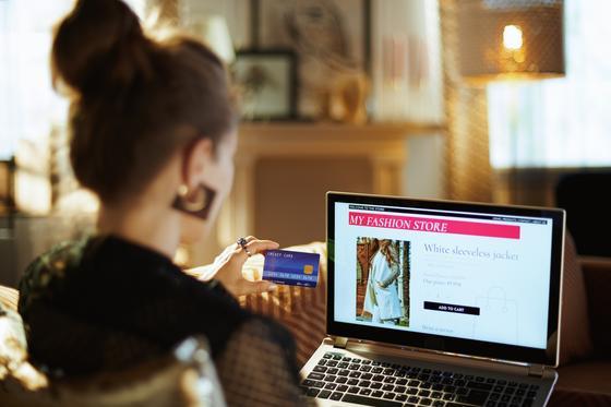 Женщина покупает одежду в интернет-магазине
