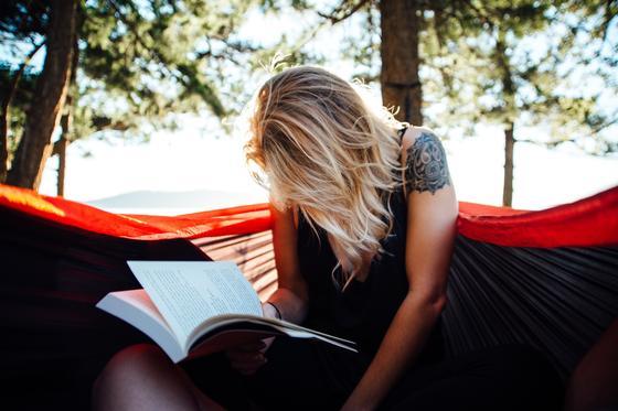 Женщина читает литературу
