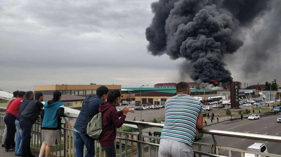 Страшный черный дым от пожара в Алматы накрыл полгорода (фото, видео)