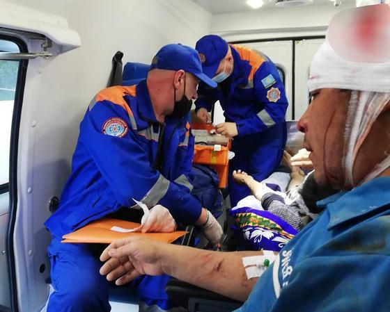 Пострадавший и два медика в машине скорой помощи
