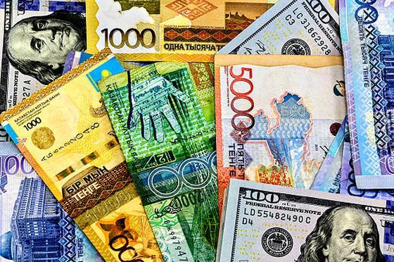 Купюры тенге и долларов