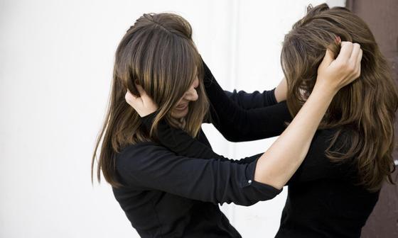 Девушки подрались из-за зеркала в торговом центре в Атырау