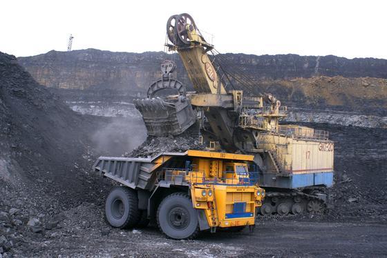 Погрузка угля в грузовик