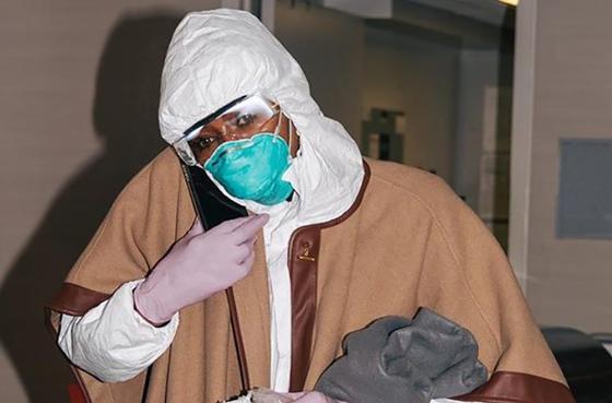 """Наоми Кэмпбелл выбросила в мусорку """"одноразовое"""" пальто за 1,2 млн тенге (фото)"""