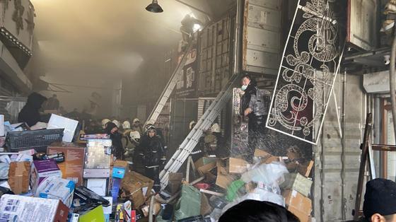 Пожар на торговом ряду на барахолке в Алматы