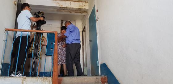 Ақтөбе облысында әйелін 7 жылдан бері арқалап жүрген азаматқа көмек керек (фото)