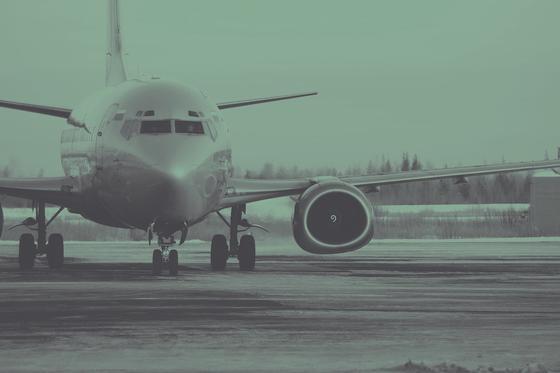 Самолет загорелся в аэропорту из-за возгорания двигателя