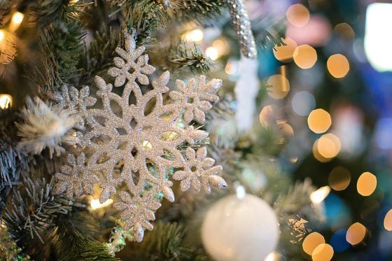 Снежинка и игрушки на елке