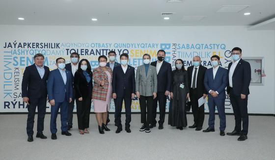 Алия Абсеметова и участники праймериз стоят
