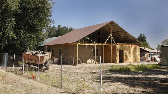 Дом стоит в степи