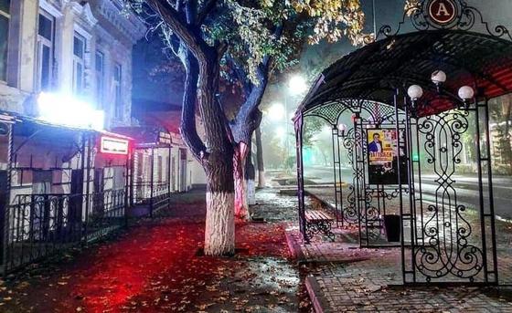 Шымкентский водитель снес автобусную остановку в Уральске (фото, видео)