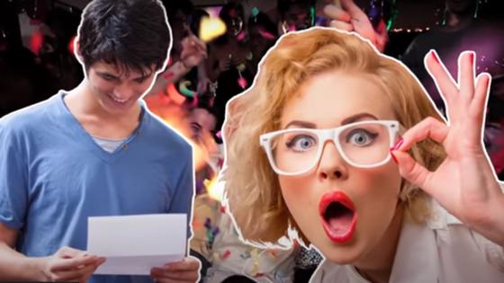Девушка удивляется тому, что читает парень