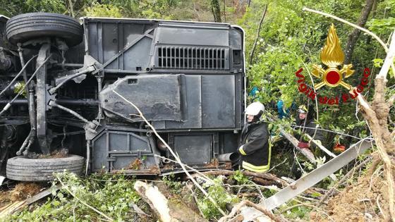 Пассажирский автобус перевернулся в Италии: названа одна из причин ДТП