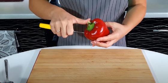 Чистка красного перца ножом