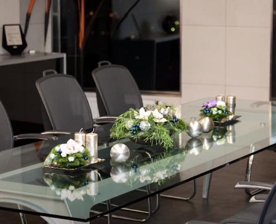 Композиции из еловых лап с серебристыми свечами и шарами