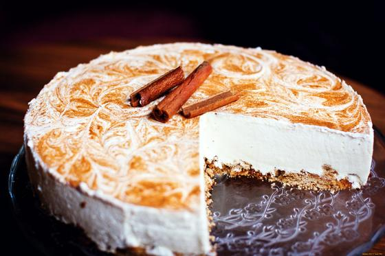 Круглый торт с белым суфле