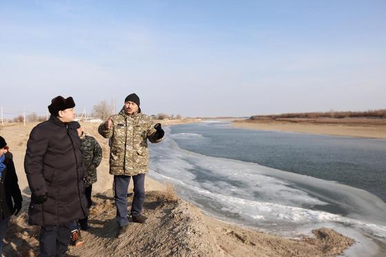 Река Урал подступает к населенному пункту в Атырауской области (фото)