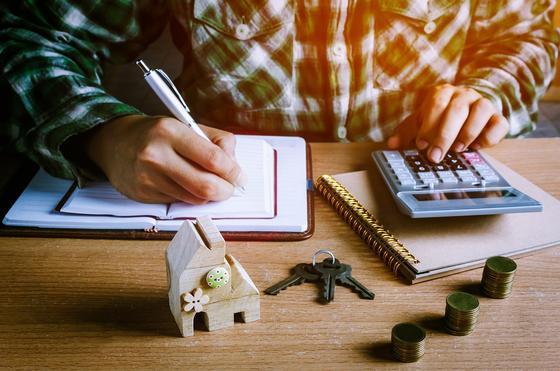 Мужчина считает платежи по ипотеке