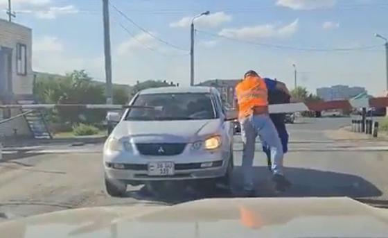 Потасовку водителя авто и работника ж/д путей сняли на видео в Уральске