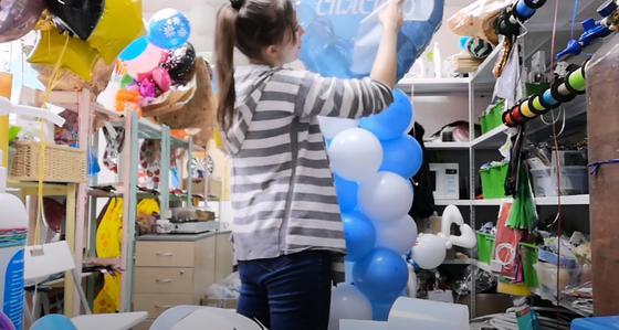 Девушка подписывает воздушный шар