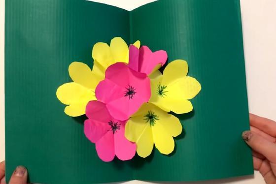 Зеленая открытка с раскладывающимся букетом